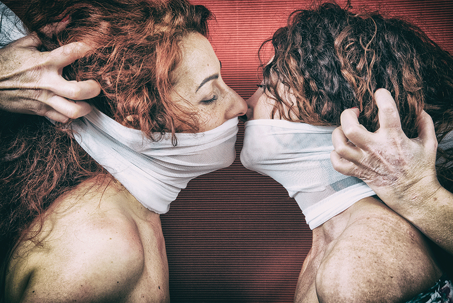 Amore negato benda donne bacio magritte
